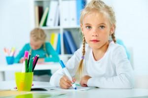 Niña escribe en el colegio
